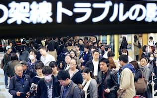 東急田園都市線の架線トラブルで混雑する二子玉川駅(17年11月15日、東京都世田谷区)