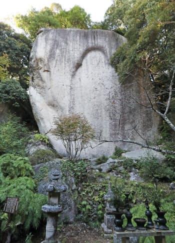 弥勒磨崖仏は光背とみられる部分が残る