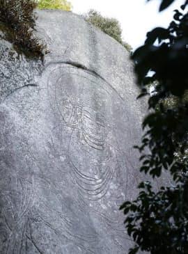 虚空蔵磨崖仏は高さ約7メートルの線刻像だ