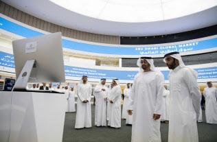 アブダビ首長国は国際金融センターを目指す(前方左はムハンマド皇太子、アラブ首長国連邦の国営首長国通信提供)