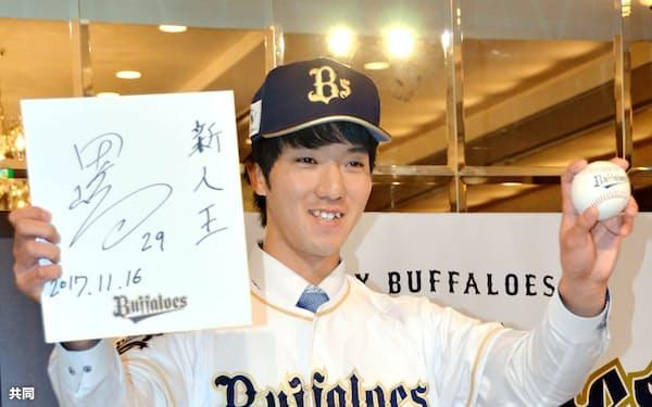 オリックスへの入団が決まったJR東日本の田嶋大樹投手(16日、東京都内のホテル)=共同