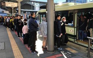 訪日客増のあおりで市営バスには長蛇の列ができる(JR京都駅前)
