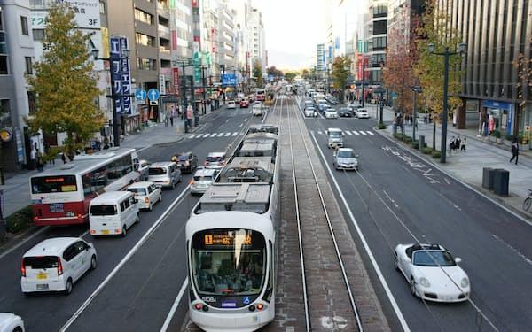 広島電鉄は路面電車と各社の路線バスが乗れる共通定期券の発売を目指す(広島市)