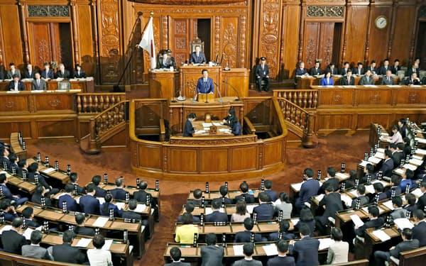 安倍首相による所信表明演説が行われた衆院本会議(17日午後)=共同