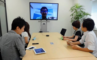 シンガポールと東京本社を結んだテレビ会議ではスタッフが活発な議論を交わす(インフォテリア、東京・品川)