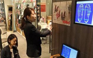 キビラのオーダーメード専門店では、客はまず医療用3D計測器で足型をはかる