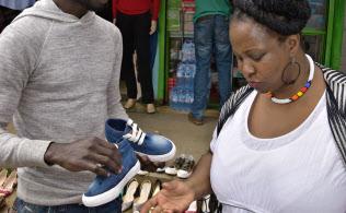 衣料品の露天でもMペサが支払いに使える(8月、ケニア・ナイロビ)
