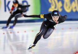 スピードスケートW杯の女子1000メートルで優勝した小平奈緒。後方は2位の高木美帆(17日、スタバンゲル)=共同
