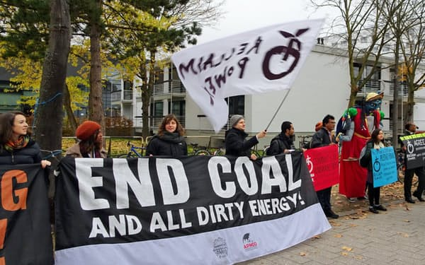 COP23の会場前では連日、石炭火力への抗議行動があった