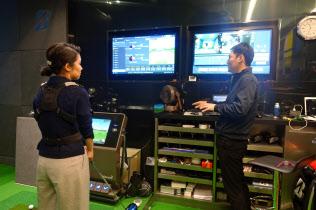 トレーナーがデータを基に改善ポイントを解説する(東京・丸の内のブリヂストンゴルフガーデンTOKYO)