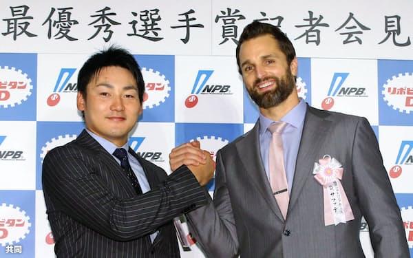 MVPを受賞し、記者会見で握手を交わす広島の丸佳浩外野手(左)とソフトバンクのデニス・サファテ投手(20日、東京都内のホテル)=共同