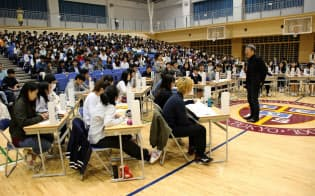 池上教授は生徒たちとの対話で「学べることは幸せなこと」と語りかけた(11月8日、東京都小金井市)=ICU高校提供