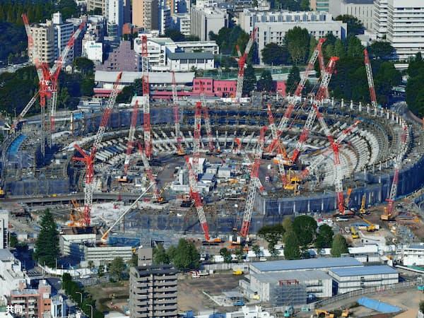 多数のクレーンが林立し、急ピッチで建設が進められる新国立競技場(10月27日)=共同