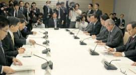 14日、首相官邸で開かれた新国立競技場の整備に関する関係閣僚会議=共同