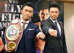 大みそかに世界戦を行うWBOフライ級王者の木村翔(左)と挑戦者の五十嵐俊幸(21日、東京都内のホテル)=共同