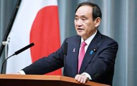 皇室会議の開催を発表する菅官房長官(22日午前、首相官邸)