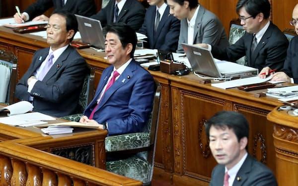 参院本会議で民進・大塚代表(手前)の質問を聞く安倍首相(21日午前)