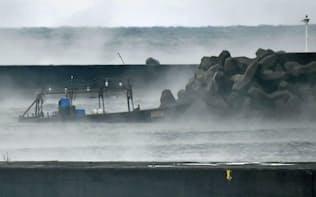 「本荘マリーナ」付近に漂着し、防波堤前で係留されている外国のものとみられる木造船(24日午前8時ごろ、秋田県由利本荘市)=共同