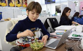 月岡愛里さんは昼だけサラダを食べる「ゆるベジ」だ