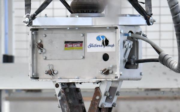 ロボットアームが木くずやがれきをより分ける(シタラ興産のリサイクル工場、埼玉県深谷市)