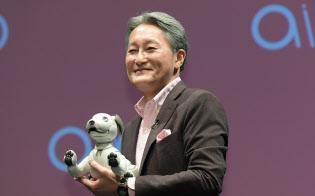 ソニーの犬型ロボットaibo(アイボ)を発表する平井社長(1日、東京都港区)