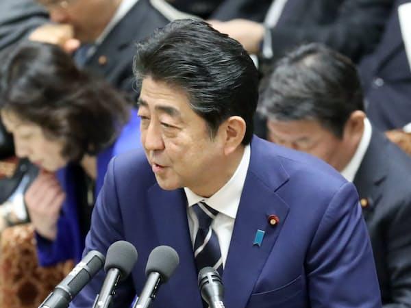 衆院予算委で答弁する安倍首相(27日午前)