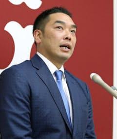 契約更改交渉を終え、記者会見する巨人・阿部(27日、東京・大手町の球団事務所)=共同