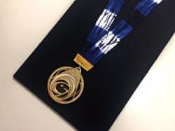 有松・鳴海絞のリボンをあしらったメダル