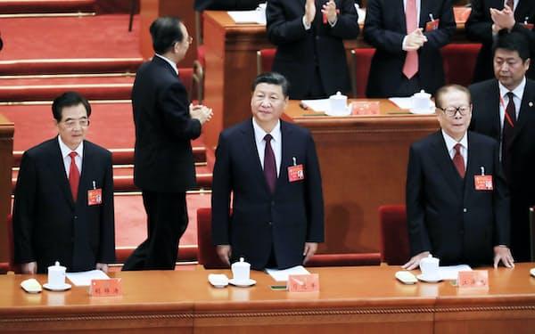 習近平新時代の登場に押されて、江沢民・胡錦濤両時代は中国共産党史に入る余地がなくなった(10月の共産党大会に登場した江沢民(右)、習近平(中)、胡錦濤(左)各氏)=小高顕記者撮影
