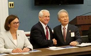 榊原経団連会長(右)は日本企業の顔でもある(11月1日、ワシントン)