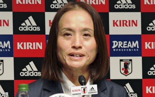 サッカー女子日本代表メンバーを発表する高倉麻子監督(28日、東京都文京区)=共同
