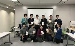 読書会に参加した池上教授(後列右から3人目)と東京工業大学の教え子ら(11月11日、都内)