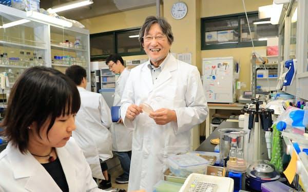 最先端の研究者も研究時間の確保に苦労している(石野良純九州大学教授の研究室)