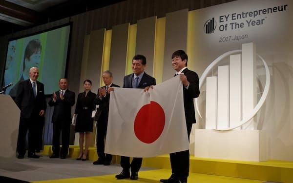 日本代表に選ばれたティーケーピー(TKP)の河野貴輝社長(写真右)
