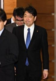 国家安全保障会議(NSC)を終え、首相官邸を出る小野寺防衛相(29日午前)