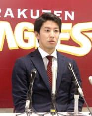 契約更改交渉を終え、記者会見する楽天・岸(29日、仙台市内の球団事務所)=共同