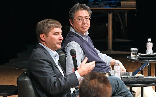 討論するヤフーの安宅氏(奥)と世界経済フォーラムCIOのユルゲンス氏(30日午前、東京・大手町)