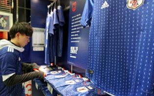 サッカー日本代表は新ユニホームに伝統の「勝色」を採用した(サッカーショップKAMO原宿店)