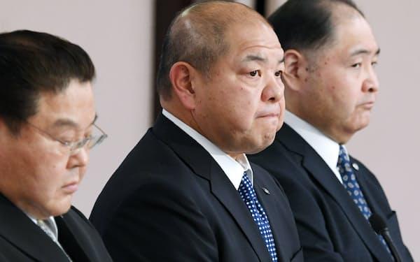 11月30日の定例理事会後、記者会見する日本相撲協会の八角理事長(中)ら