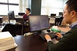 東京・日本橋のシェアオフィスで作業するエクサウィザーズの社員
