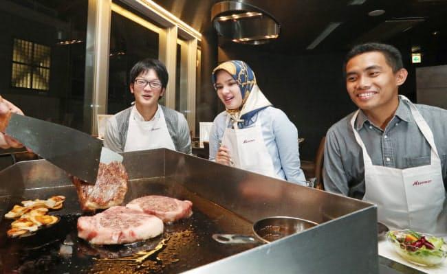 ハラル認証を取得した神戸ビーフのステーキを食べるインドネシア人夫婦ら(神戸市中央区のステーキみその神戸本店)