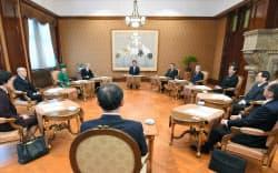 天皇陛下の退位日について意見を聴くために開かれた皇室会議(1日午前、宮内庁特別会議室)=代表撮影