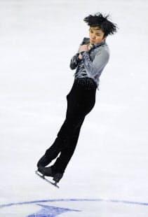4回転フリップを跳ぶ宇野。4回転ジャンプは着氷時の体への負担も大きい=共同