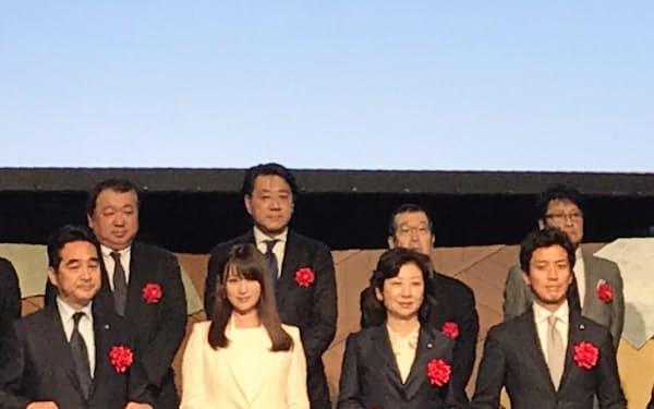 式典に参加した野田聖子総務相(前列左から3人目)ら