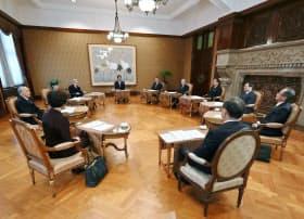 皇室会議に臨む出席者。奥中央は議長の安倍首相(1日午前、宮内庁特別会議室)=代表撮影