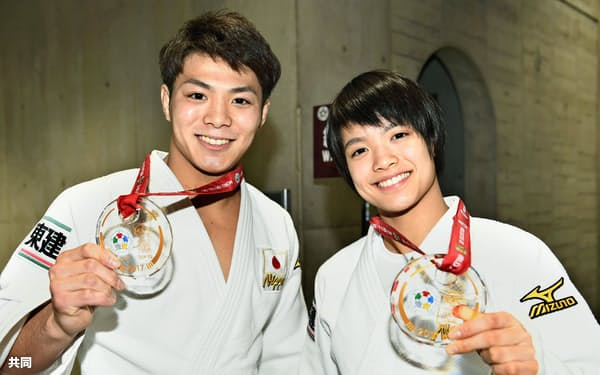 優勝し笑顔の阿部一二三(左)と妹の詩(2日、東京体育館)=共同