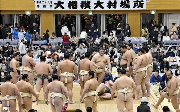 長崎県大村市で始まった大相撲の冬巡業で稽古する力士ら(3日午前)=共同