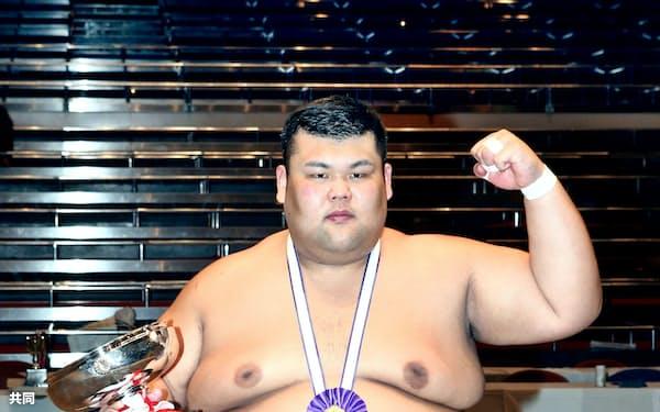 初のアマチュア横綱に輝いた西郷智博(3日、両国国技館)=共同