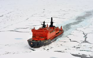 北極海を航行するロシアの原子力砕氷船(2017年8月)=タス・共同