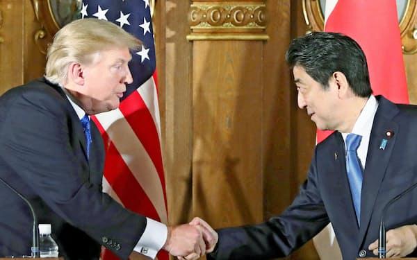 共同記者会見でトランプ米大統領(左)と握手する安倍首相=6日午後、東京・元赤坂の迎賓館(代表撮影)